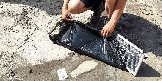 archeoloog bij voetstap